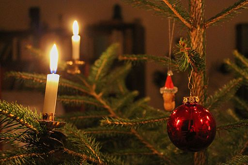 Christmas tree with red christmas bauble and christmas candles. Attribution: indeedous/Wikimedia Commons